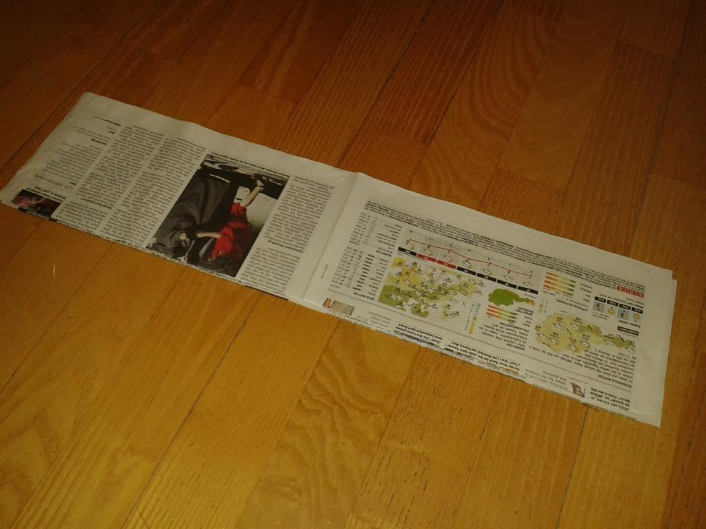 Vorbereitete Zeitungsstreifen zum Aufrollen