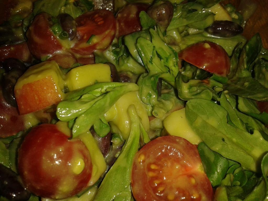 Frühlingssalat mit Avocado-Dressing