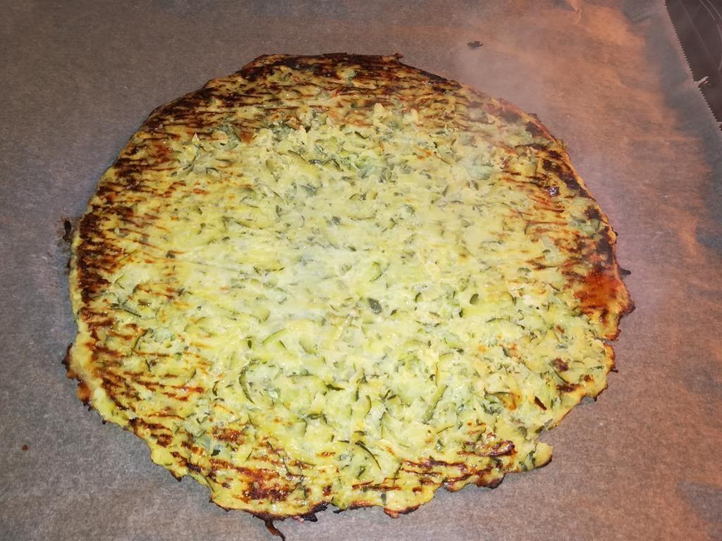 Pizzaboden aus Zucchini vorgebacken