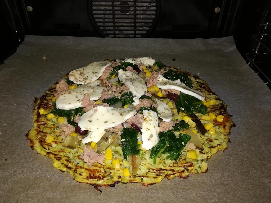 Pizzaboden aus Zucchini fertig belegt