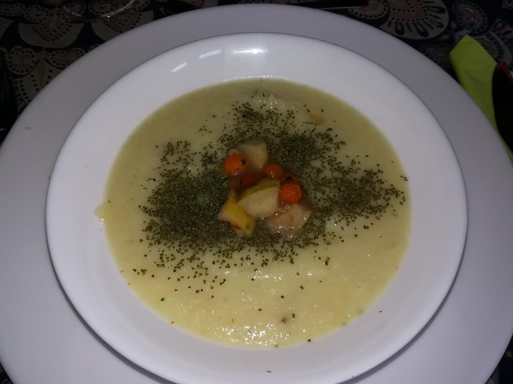 Pastinaken-Sellerie-Cremesuppe mit Quecke und Kompott